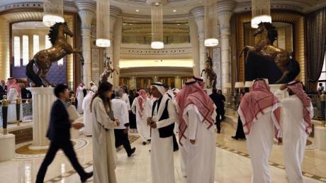 Nach den neuen Regelungen sei es auch ausländischen Frauen und Männern möglich, ohne Überprüfung einer Ehebescheinigung gemeinsam ein Hotelzimmer zu beziehen. Foto: Amr Nabil/AP/dpa