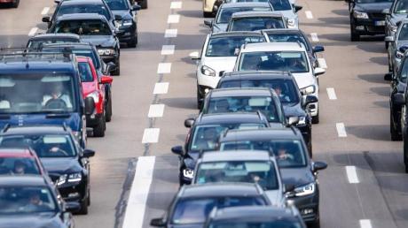 Am Wochenende müssen sich Autofahrer wieder auf Staus einstellen. Foto: Sina Schuldt/dpa
