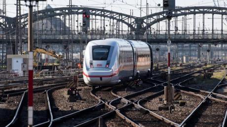 Ein Zug des Typs ICE 4 der Deutschen Bahn (DB) verlässt den Hauptbahnhof in München. Foto: Sven Hoppe/dpa