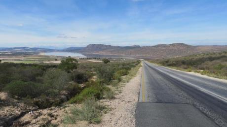 Endlos weite Landschaften - an der Westküste Südafrikas kann man den Blick bis zum Horizont schweifen lassen. Die Route 27 ist auf manchen Abschnitten schnurgerade. Foto: Falk Zielke/dpa-tmn
