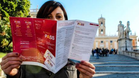 Ewige Stadt: Touristin unterwegs mit dem Roma Pass. Foto: Zètema Progetto Cultura/dpa-tmn
