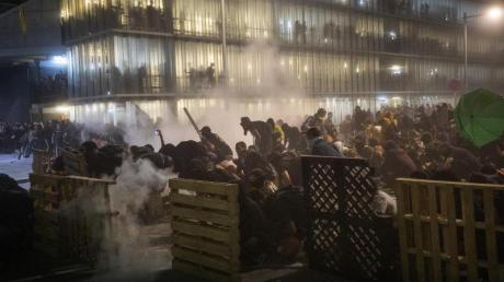 Bei Protesten Tausender Unabhängigkeitsbefürworter am Flughafen von Barcelona ist es zu Zusammenstößen mit der Polizei gekommen.