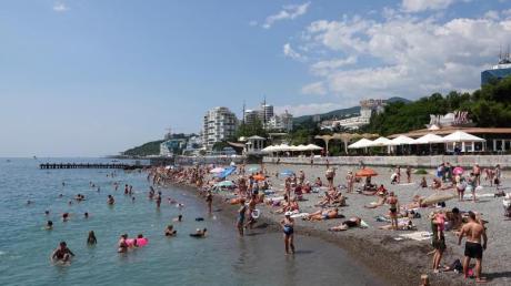 Beliebter Schwarzmeer-Kurort: Urlauber am Strand von Jalta. Foto: Ulf Mauder/dpa-tmn