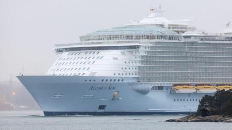 Wegen eines waghalsigenSelfies auf einem Luxusschiff hat eine Reederei ihrer Passagierin lebenslanges Kreuzfahrt-Verbot erteilt.