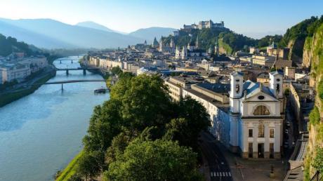 Salzburg - hier der Blick vom Mönchsberg über Altstadt - ist für den Lonely Planet das Städtereisenziel Nummer eins im Jahr 2020.