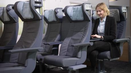 Mirjam von der DB Fernverkehr sitzt in den neu gestalteten Sitzen des ICE. Die Sitze werden ab März 2020 in den ICE 4 Zügen verbaut. Foto: Jörg Carstensen/dpa
