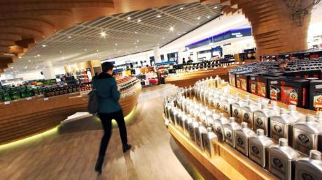 Auch wenn in den meisten Duty-Free-Shops am Flughafen jede Menge Alkohol angeboten wird, bleibt man vor der Abreise besser nüchtern. Denn eine Fluggesellschaft muss Betrunkene nicht an Bord lassen. Foto: Fredrik von Erichsen/dpa