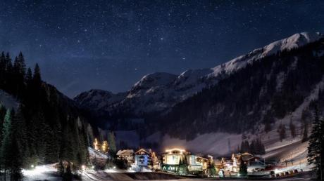 Glühwein unter Sternen:In Zauchensee im Salzburger Land gibt es in diesem Jahr einen Adventsmarkt vor der Kulisse des Bergsees.