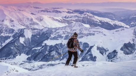 Die Gipfel des Kaukasus haben Wintersportler im Skigebiet Gudauri stets im Blick. Foto: Gudauri/dpa-tmn