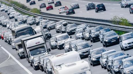 Es wird erwartet, dass sich die Fernstraßen bereits vom Mittwochmittag an füllen werden. Der Reformationstag und Allerheiligen verlängern in vielen Bundesländern das Wochenende. Foto: Markus Scholz/dpa