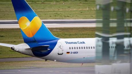 Eine Maschine der Fluggesellschaft Condor ist am Düsseldorfer Flughafen zu sehen.