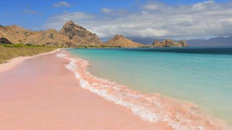 Der Pantai Merah (Pink Beach) auf der Insel Komodo fasziniert - Korallenrückstände färben dort den Sand.