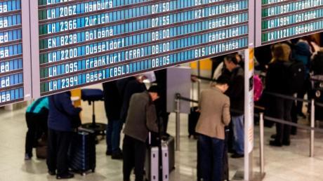 Zahlreiche Flüge der Lufthansa werden während eines Streiks der Flugbegleiter auf einer Anzeigetafel als gestrichen ausgewiesen.