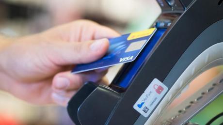 Nicht unbedingt - auf Reisen kommt auch häufig die Kreditkarte zum Einsatz. Foto: Franziska Gabbert/dpa-tmn
