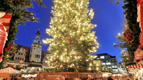 Der Weihnachtsbaum auf dem Leipziger Weihnachtsmarkt vor dem Alten Rathaus. Foto: Hendrik Schmidt/zb/dpa/Illustration