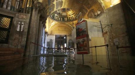 Der Eingangsbereich zum Markusdom ist überflutet. Foto: Luca Bruno/AP/dpa