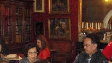 Gäste sitzen im «Caffe Greco» nahe der spanischen Treppe. Foto: Klaus Blume/dpa