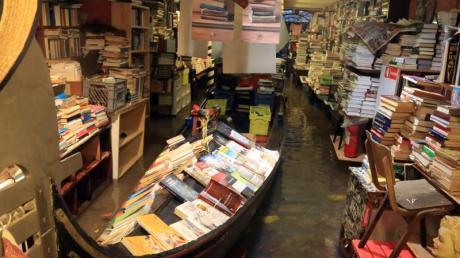 Hochwasser steht in der renommierten venezianischen Buchhandlung «Acqua Alta» (Hochwasser).