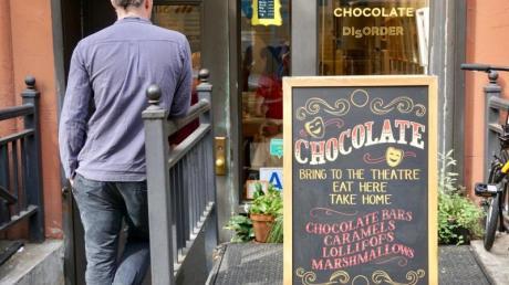 Sebastian Brecht steht vor seinem Laden «Obessive Chocolate Disorder».