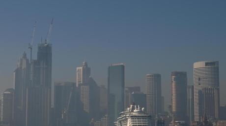 Über Sydney liegt ein Rauchschleier. Wegen der Buschbrände in der Umgebung wird die Lage auch in Australiens Millionenmetropole zunehmend bedrohlich. Foto: Joel Carrett/AAP/dpa