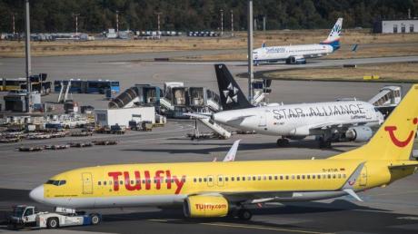 Eine Passagiermaschine der Fluggesellschaft Tuifly steht auf dem Vorfeld des Flughafens Frankfurt.