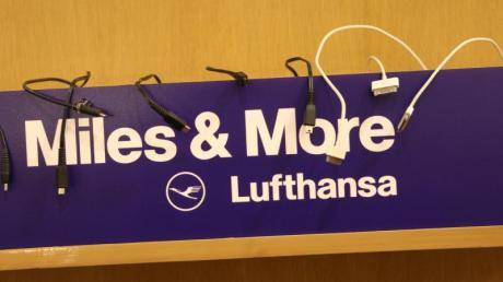 Viele Stammkunden der Lufthansa haben in den vergangenen Tag Post von ihrer Airline erhalten, denn die will ihr Loyalitätsprogramm «Miles & More» kräftig umbauen. Foto: Christian Charisius/dpa/Illustration
