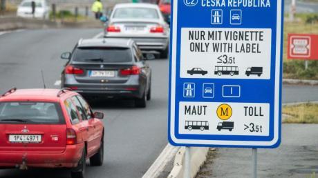 Weil das Maut-System für LKWs in Tschechien umgestellt wird, kann es Anfang Dezember an der tschechischen Grenze zu langen Staus kommen.
