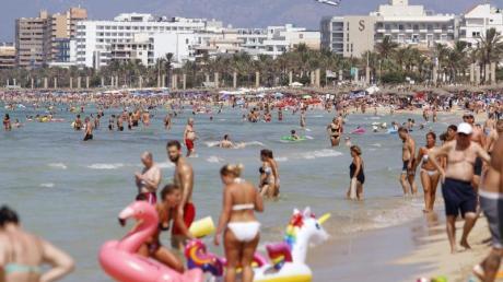 Touristen sonnen sich am Strand von El Arenal, einem der Hauptziele für deutsche und niederländische Touristen während der Sommersaison auf der Balearen-Insel Mallorca.