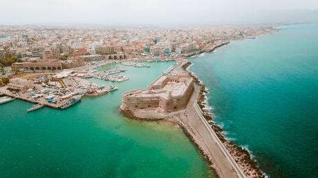 Heraklion von oben: Kretas Hauptstadt bietet viele Sehenswürdigkeiten und ist auch in der Nebensaison ein lohnenswertes Ausflugsziel für Touristen.
