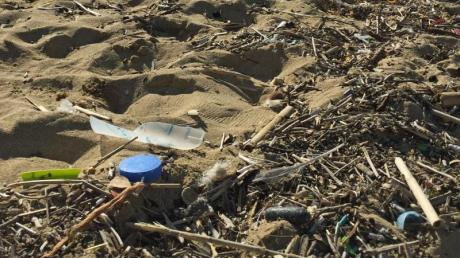 An einem Strand nahe Palma liegt ein Abfallhaufen.