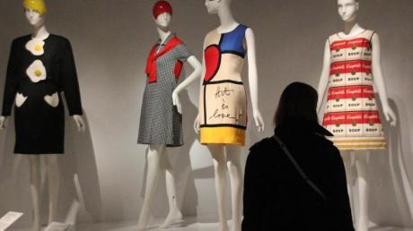 Im Metropolitan Museum in New York werden Designer-Kleider von (l-r) Christian Francis Roth, Franco Moschino, Rudi Gernreich und The Campbell Soup Company präsentiert.