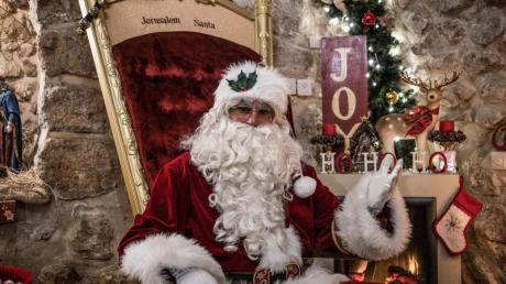 Issa Kassissieh verkleidet als Weihnachtsmann sitzt in seinem Haus auf einem goldenen Thron.