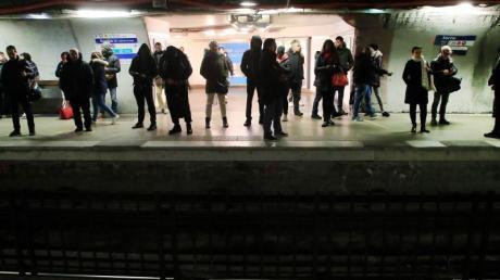 Pendler warten in einer U-Bahn-Station in Paris.