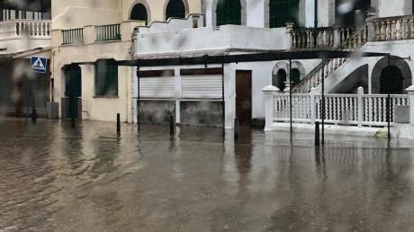 Wasser überschwemmt einen Platz im Dorf Soller auf Mallorca nach sintflutartigem Regenfällen.