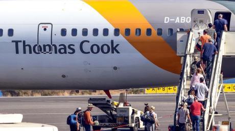 Passagiere besteigen am Flughafen von Kreta eine Maschine der Airline Thomas Cook.