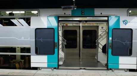 Ein leerer Zug steht in einer Metro-Station an einem Bahnsteig. Der Streik richtet sich gegen die von der Regierung geplante große Rentenreform.