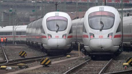 ICE-Züge der Bahn stehen auf den Gleisen des Hauptbahnhofs bereit. Die Bahn plant ICE-Züge im 30-Minuten-Takt zwischen den wichtigsten deutschen Metropolen einzusetzen.