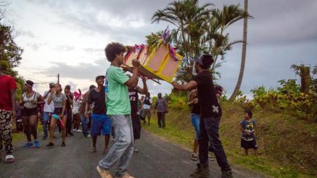 Karnevalsgeist «Tewe Vaval» wird auf der Karibikinsel Dominica symbolisch in einem Sarg durch die Straßen getragen.