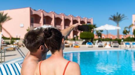 Selfie am Pool: Bei der Suche nach dem passenden Hotel im Netz sollten sich Verbraucher nicht drängen lassen.