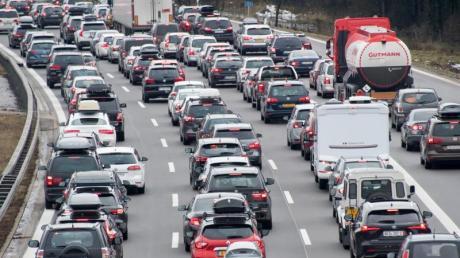 Mit dem Beginn der Weihnachtsferien startet der Urlaubsverkehr auf den deutschen Autobahnen. Reisende in Winterskigebiete, auch angrenzender Ländern wie Österreich, sollten mit Staus rechnen.