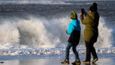 Wer zu dieser Jahreszeit einen Spaziergang an der Nordsee macht, sollte aufpassen, dass er nicht nass wird. Die Wassertemperaturen liegen gerade mal 4 bis 8 Grad.