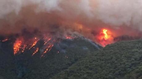 Ein Screenshot aus einem Video zeigt ein großes Feuer, das in East Gippsland brennt.