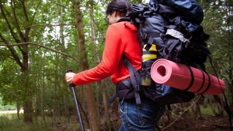 Wandern mit einem schweren Rucksack:Wer die Träger gelegentlich anders einstellt, beugt Schmerzen vor.
