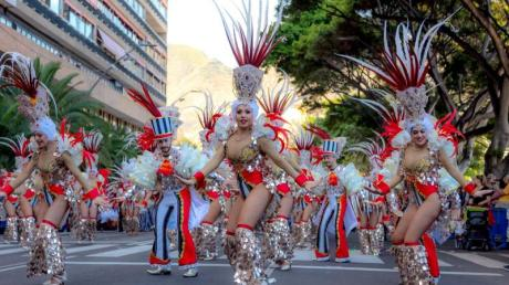 Bunter Umzug auf Teneriffa: Die Kanareninsel feiert Karneval in diesem Jahr bei milden Temperaturen bis zum 1. März.
