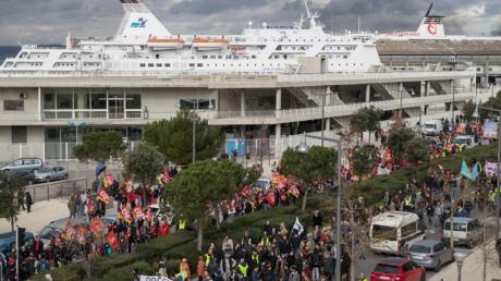In Frankreich starten landesweit wieder neue Proteste. Auch die Blockaden von Häfen sollen ebenfalls weitergehen.