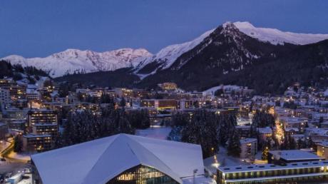 Alpenromantik: Bei Abendlicht bietet Stadtkulisse von Davos einen besonderen Anblick. Zu sehen ist auch das Eisstadion, Austragungsort des Spengler Cups.