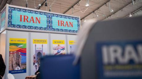 Das Land Iran präsentiert sich auf einer Reisemesse - das Auswärtige Amt rät dazu, nicht erforderliche Reisen in den Iran zu verschieben.