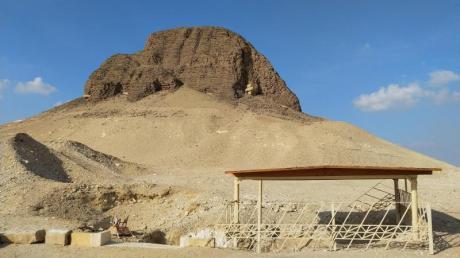 Mehr Hügel als typische Pyramide: Das Grabmal von Sesostris II. bei al-Lahun besteht zuTeilen aus Schlammziegeln. Die Witterung hat sie mit derZeit zerstört.