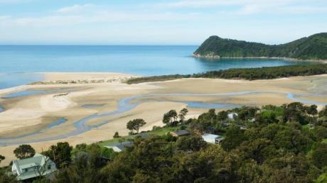 Die Lage könnte schlechter sein: An der Awaroa Bay haben sich Obstbauern Ferienhäuser an den Strand gebaut.