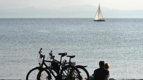 Ein Ausflug mit dem Fahrrad am Bodensee bietet Erholung im Grünen.